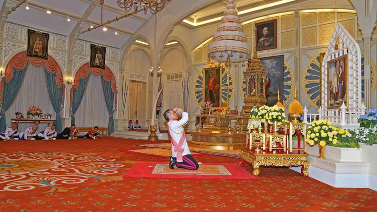 Le prince héritier thaïlandais Maha Vajiralongkorn rend hommage à son défunt père, le roi Bhumibol Adulyadej, àBangkok, le 1er novembre 2016. (STRINGER / ROYAL THAI BUREAU)