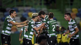 Paulinho (au centre) célèbre avec ses partenaires l'ouverture du score du Sporting Portugal contre Boavista, mardi 11 mai. (PATRICIA DE MELO MOREIRA / AFP)