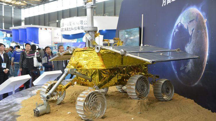 Le Lapin de jade, véhicule que les autorités chinoises s'apprêtent à envoyer sur la Lune, phiotographié ici lors d'une exposition scientifique à Shanghaï (Chine), le 5 novembre 2013. (PETER PARKS / AFP)