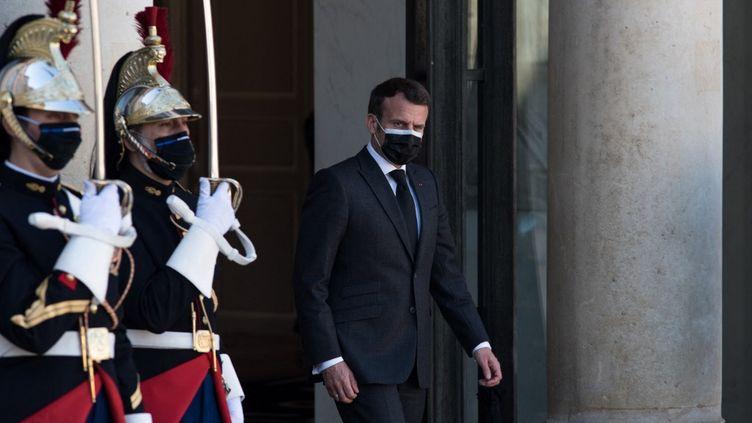 Le président de la République, Emmanuel Macron, sur le perron de l'Elysée, le 30 mars 2021. (ANDREA SAVORANI NERI / NURPHOTO / AFP)