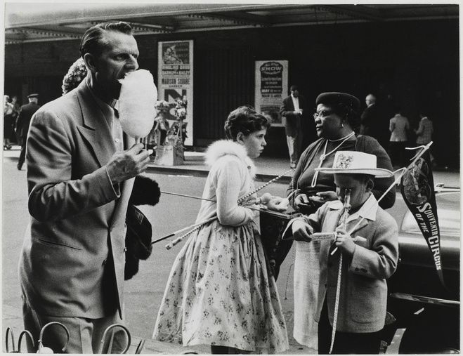 SABINE WEISS /New York, Etats-Unis, 1955 / épreuve gélatino-argentique / 23,3 x 30,3 cm / Collection Centre Pompidou, Paris (© Centre Pompidou, MNAM-CCI/Philippe Migeat/ Dist. RMN-GP © Sabine Weiss)
