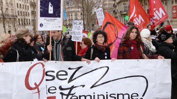 Une banderole de l'association Osez le féminisme !, le 27 décembre 2013, à Paris. (PIERRE ANDRIEU / AFP)
