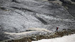 Un homme marche sur la Mer de glace près du refuge du Couvercle àChamonix(Haute-Savoie) le 18 juin 2019. (MARCO BERTORELLO / AFP)