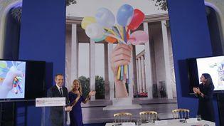 """Jeff Koons, l'ambassadrice des Etats-Unis en France Jane Dorothy Hartley et la maire de Paris Anne Hidalgo devant le """"Bouquet de tulipes"""" de l'artiste  (Michel Euler/AP/SIPA)"""
