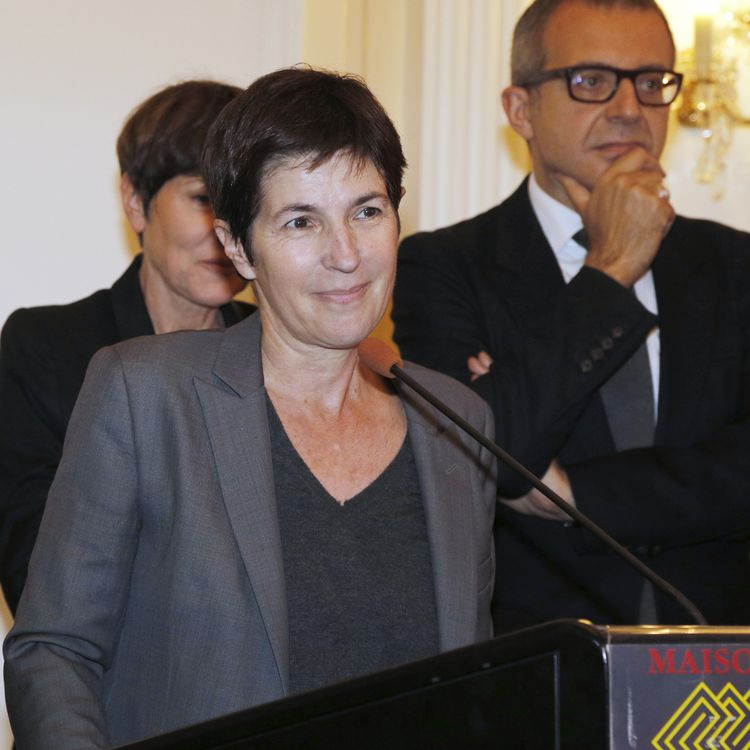 """Christine Angot s'exprime après avoir reçu le prix Décembre pour """"Un amour impossible"""", le 2 novembre 2015 à Paris. (FRANCOIS GUILLOT / AFP)"""