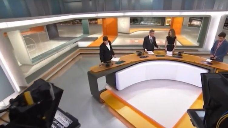 L'application de l'article 155 de la Constitution permettrait à Madrid de prendre la main sur les médias locaux catalans, notamment TV3. La chaîne a aussitôt exprimé ses inquiétudes. (FRANCE 3)