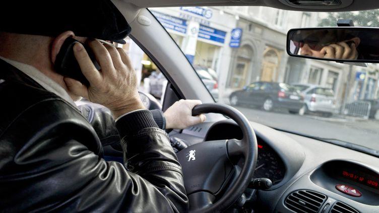 L'usage du téléphone est la principale raison de l'inattention sur la route. Illustration, janvier 2012. (JEAN-PHILIPPE KSIAZEK / AFP)
