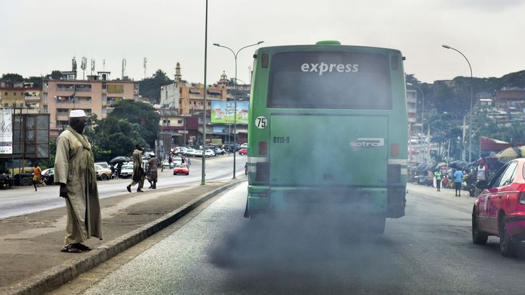 Un bus dans la ville d'Abidjan, le 6 septembre 2016. (ISSOUF SANOGO / AFP)