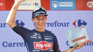 Jasper Philipsen sur le podium après avoir remporté la 2e étape de la Vuelta à Burgos, le 15 août 2021. (ANDER GILLENEA / AFP)