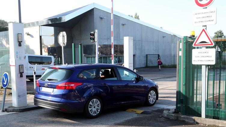 Les gendarmes viennent chercher Nordahl Lelandais au centre hospitalier Le Vinatier, mardi 3 juillet 2018 à Lyon (Rhône). Il a ensuite été mis en examen pour agression sexuelle mercredi. (JEAN-FRANÇOIS SOUCHET / MAXPPP)