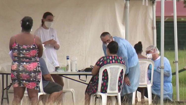 La Guyane française est fortement touchée par l'épidémie de la Covid-19. Elle fait face à une augmentation du nombre de patients : plus de 200 cas supplémentaires en 24 heures. (FRANCE 2)