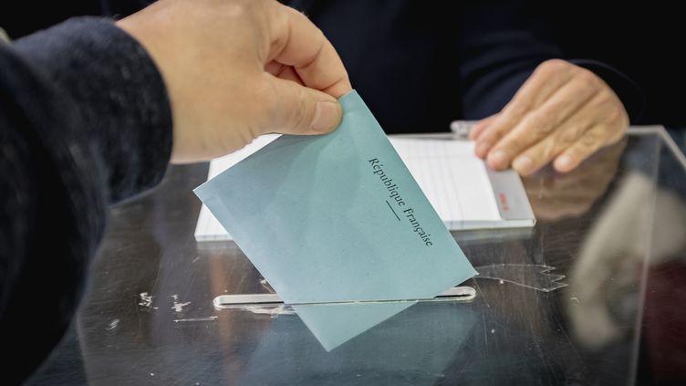 Un électeur français dans un bureau de vote de Montréal (Canada), samedi 25 mai 2019. (DAVID HIMBERT / HANS LUCAS / AFP)
