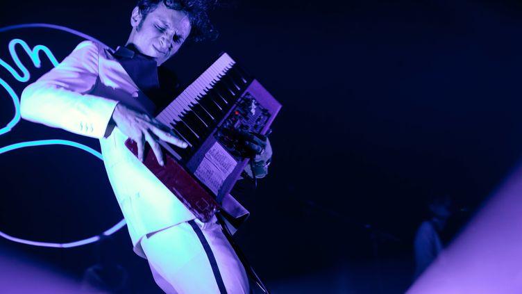 Marlon Magnée, du groupe La Femme, sur la scène de l'Olympia lors duFestival des Inrocks 2021. (RENAUD MONFOURNY/ INROCKS FESTIVAL)