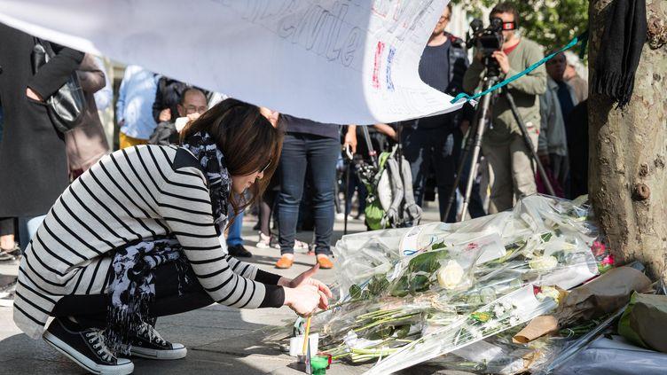 Des citoyens rendent hommage au policier de 37 ans tué dans l'attaque du 20 avril sur les Champs-Elysées. (MAXPPP)