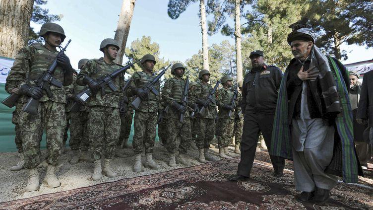 Inspection de la garde militaire afghane à Qala Naw (Afghanistan), le 31 janvier 2012. (AREF KARIMI / AFP)