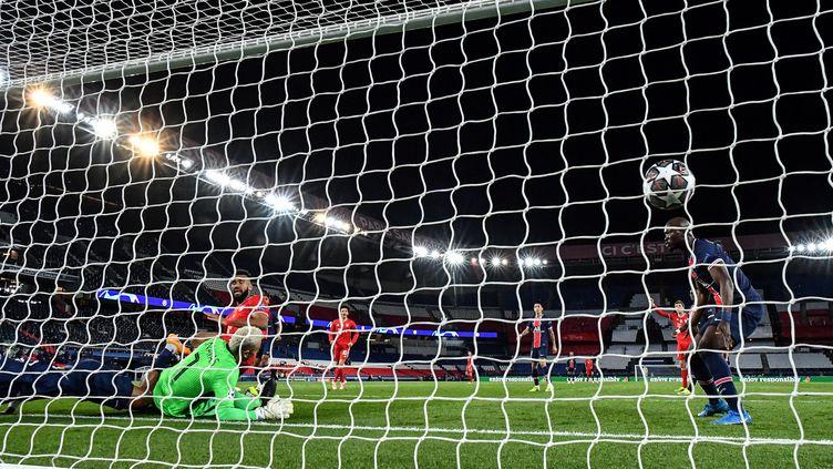 Le but de l'attaquant du Bayern Eric-Maxim Choupo-Moting lors du quart de finale retour face au PSG, le 13 avril 2021 au Parc des Princes. (FRANCK FIFE / AFP)