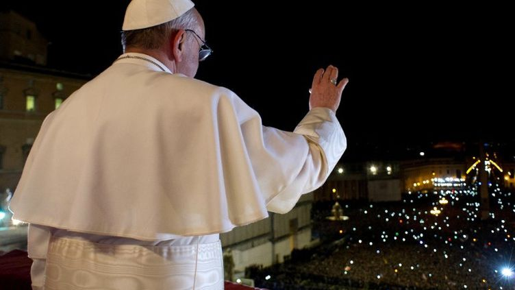 Jorge Bergoglio, au balcon de la basilique Saint-Pierre, le 13 mars 2010, après avoir été élu pape. (AFP / OSSERVATORE ROMANO)