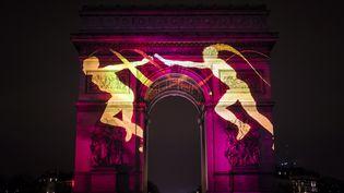 Projection sur l'Arc de Triomphe, à Paris, le 31 décembre 2016. (LIONEL BONAVENTURE / AFP)