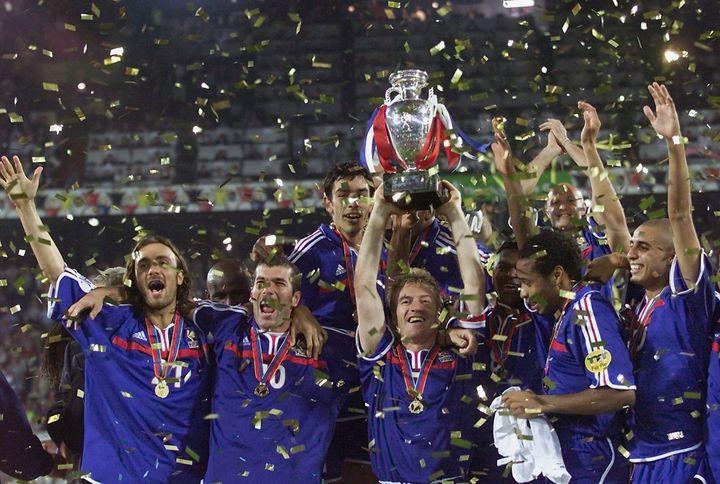Didier Deschamps soulève le trophée de l'Euro, le 2 juillet 2000 à Rotterdam (PHILIPPE HUGUEN / AFP)