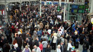 Des voyageurs patientent dans le hall de la gare de Lyon, à Paris, le 2 juin 2016. (MAXPPP)