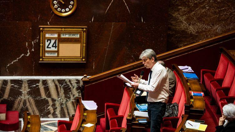 Le député communiste Sébastien Jumel s'exprime pendant le débat sur la réforme des retraites, dans la nuit du 23 au 24 février 2020 à l'Assemblée nationale, à Paris. (XOSE BOUZAS / HANS LUCAS / AFP)