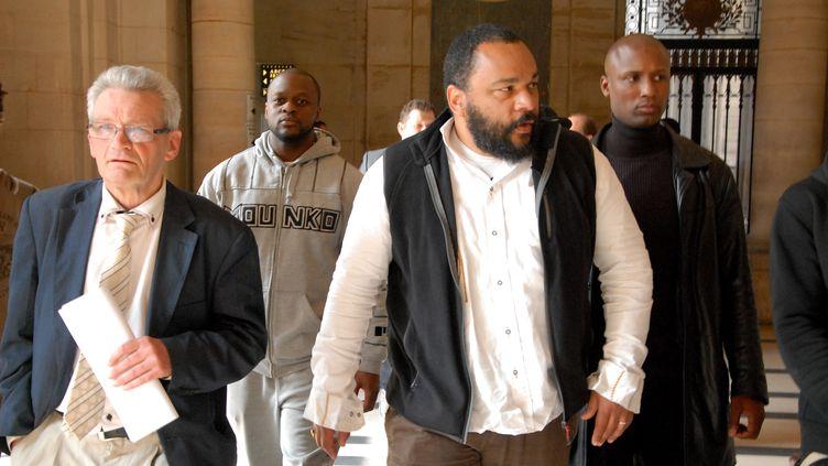 L'humoriste controversé Dieudonné M'Bala M'Bala arrive au tribunal de Paris, le 18 juin 2014. (CITIZENSIDE / PATRICE PIERROT / AFP)