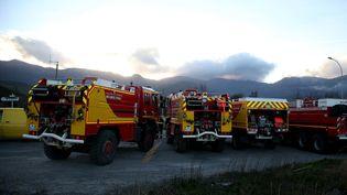 Les pompiers interviennent pour contenir l'incendie de Pietracorbara en Corse, lors de la tempête Ciara, le 10 février 2020. (PASCAL POCHARD-CASABIANCA / AFP)