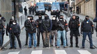 Des policiers en faction près de l'avenue des Champs-Elysées, à Paris, pour la manifestation des gilets jaunes le 8 décembre 2018. (ZAKARIA ABDELKAFI / AFP)