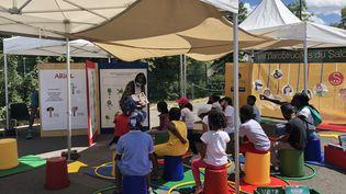 A Stains (93), les enfants assistent àdes activités autour de la BD dans le cadre des Parcotruc(k)s organisés par le Salon du livre et de la presse jeunesse. (France info / Marine Langlois)