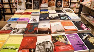 Image d'illustration. Une table de livres dans une librairie en 2019 à Paris. (JEROME LEBLOIS / HANS LUCAS)