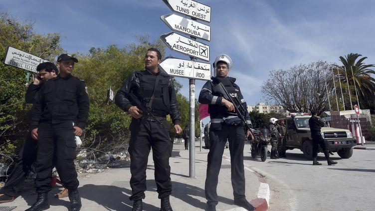Des forces de sécurité tunisiennes devant le musée du Bardo, dans la banlieue de Tunis (Tunisie), le 19 mars 2015. (FETHI BELAID / AFP)