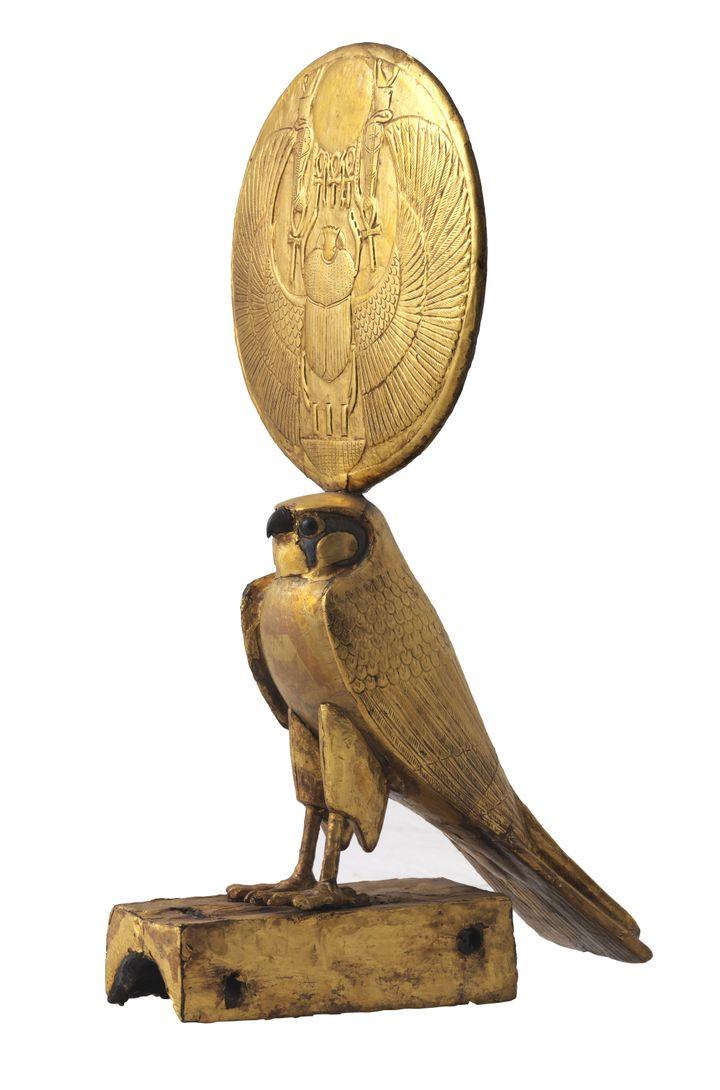 Figurine d'Horus sous les traits d'un faucon solaire, bois doré à la feuille d'or. XVIIIe dynastie, règne de Toutankhamon, 1336-1326 avant J.-C. Ce faucon coiffé d'un disque solaire faisait partie des éléments du char retrouvé dans la tombe du pharaon. (HASSELBLAD - Laboratoriorosso, Viterbo/Italy)