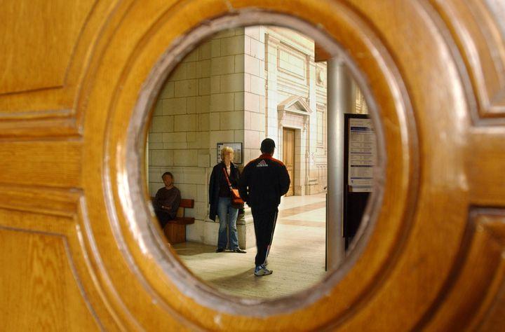 Un prévenu arrive au palais de justice d'Angers (Maine-et-Loire), le 26 mai 2005. (FRANK PERRY / AFP)