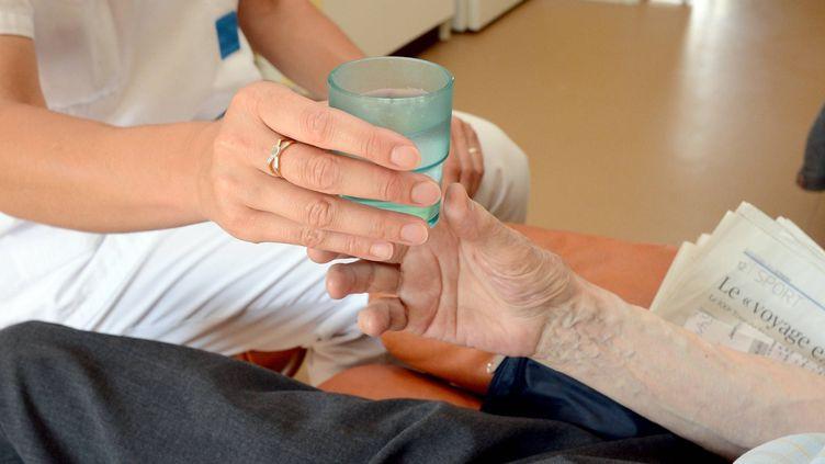 Une aide-soignante auprès d'une pensionnaire dans une maison de retraite de Rennes (Ille-et-Vilaine) le 22 juillet 2013 (illustration). (MARC OLLIVIER / MAXPPP)
