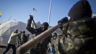 Des membres du groupe paramilitairePravy Sektor s'entraînent au combat rapproché dans le centre de Kiev (Ukraine), le 3 février 2014. (DARKO BANDIC/AP/SIPA / AP)
