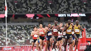 Les coureurs du 10 000 m lancent les finales d'athlétisme à Tokyo, le 30 juillet 2021. (JEWEL SAMAD / AFP)