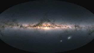 Image fournie par l'Agence spatiale européenne, le 3 décembre 2020, de la Voie lactée et de galaxies voisines, réalisée avec l'observation de presque 1,8 milliard d'étoiles par le satellite Gaia. (AGENCE SPATIALE EUROPEENNE / AFP)