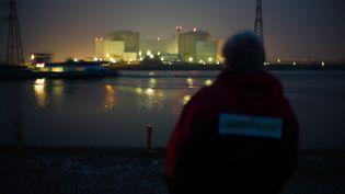 Un membre de Greenpeace devant la centrale de Fessenheim, jeudi 28 mars 2013. (SEBASTIEN BOZON / AFP)