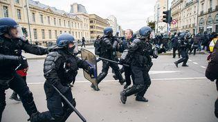 """Des policiers affrontent des """"gilets jaunes"""" dans les rues de Rennes (Iles-et-Vilaine), le 15 février 2020. (VALENTIN BELLEVILLE / HANS LUCAS / AFP)"""