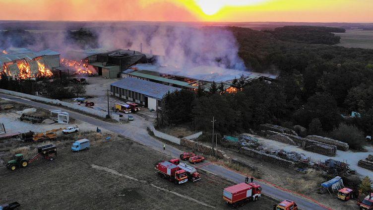 Une exploitation agricole en feu à Bourberain, au nord de Dijon (Côte-d'Or), le 12 août 2020. (SDIS 21)