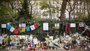 Fleurs, cartes et messages ont été déposés en face de la salle de concert du Bataclan le 13 novembre 2015, à Paris. (CHRISTIAN CHARISIUS / DPA)