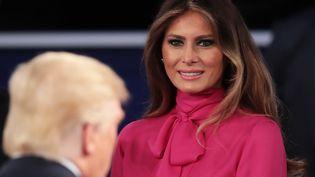 Melania Trump regarde son mari, après le débat entre les deux candidats à la présidentielle américaine, le 9 octobre 2016, à Saint-Louis (Missouri, Etats-Unis). (SCOTT OLSON / GETTY IMAGES NORTH AMERICA / AFP)