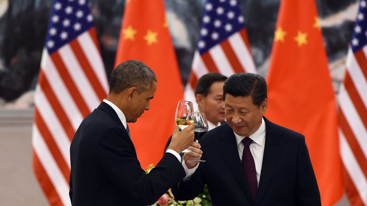 Les présidents américain, Barack Obama, et chinois, Xi Jinping, portent un toast lors du banquet finaldu sommet pour la coopération économique en Asie-Pacifique (Apec), le 12 novembre 2014 à Pékin (Chine). (GREG BAKER / AFP)