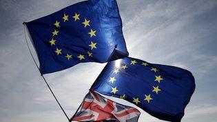 Les drapeaux européen et du Royaume-Uni le 24 septembre 2017 à Brighton au Royaume-Uni. (DANIEL LEAL-OLIVAS / AFP)