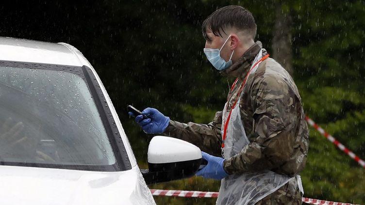 Un militaire dans un centre de test du coronavirus dans le sud du Royaume-Uni, le 30 avril 2020. (ADRIAN DENNIS / AFP)