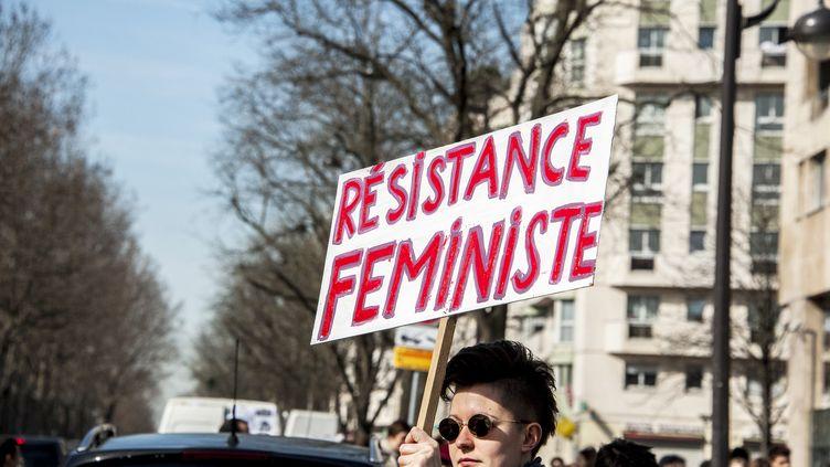 Une militante manifeste à Paris pour la Journée internationale des droits des femmes, le 8 mars 2015. (YANN KORBI / CITIZENSIDE / AFP)
