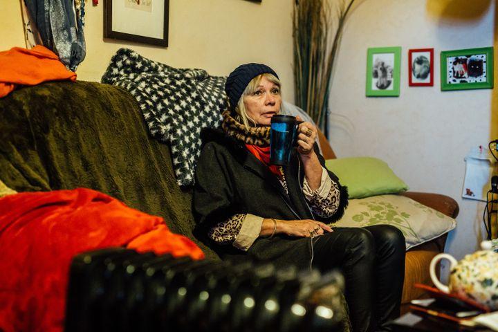 Fabienne Delquignie boit une décoction d'orties dans son appartement d'Uzerche (Corrèze), le 14 janvier 2020. (PIERRE MOREL / FRANCEINFO)