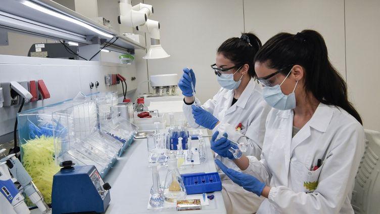 Des scientifiques travaillent dans un laboratoire de la société pharmaceutique Uni-pharma, dans la banlieue nord d'Athènes (Grèce), le 5 juin 2020, où sont produites des pilules de chloroquine. (LOUISA GOULIAMAKI / AFP)