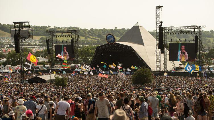 Des milliers de festivaliers profitent du beau temps devant une des scènes du festival de Glastonbury (Sommerset, Angleterre), le 28 juin 2019. (OLI SCARFF / AFP)
