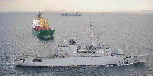 La frégate de surveillance française Nivôse quitte le port de Djibouti pour convoyer des navires de commerce dans le golfe d'Aden le 25 novembre 2008. (AFP - Eric Cabanis)